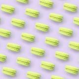 Macaron ou bolinho de amêndoa do bolo da sobremesa do cal na opinião superior do fundo lilás pastel na moda fotos de stock