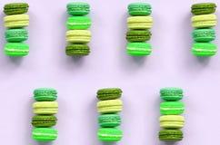 Macaron ou bolinho de amêndoa do bolo da sobremesa na opinião superior do fundo lilás pastel na moda foto de stock royalty free