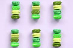 Macaron ou bolinho de amêndoa do bolo da sobremesa na opinião superior do fundo lilás pastel na moda foto de stock