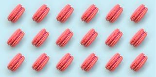 Macaron ou macaron rose de gâteau de dessert sur la vue supérieure de fond bleu en pastel à la mode Composition étendue plate en  illustration libre de droits