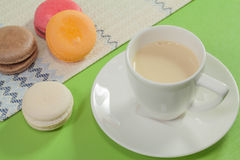 Macaron på den gröna bakgrunden Royaltyfri Bild