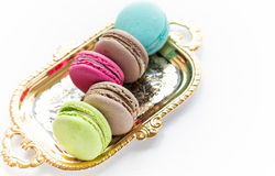 Macaron på en platta- och vitbakgrund Arkivbild