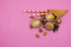 Macaron-Plätzchen mit Schokolade, Mandel und Zitrusfrucht Stockfoto