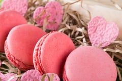 Macaron rose de biscuits, petits coeurs, jour de fond de tout l'amour Photo stock
