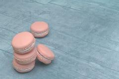 Macaron rose sur le dessus de table en bois Photographie stock libre de droits