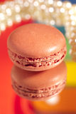 Macaron Rot mit seiner eigenen Reflexion bunt Lizenzfreie Stockfotografie