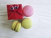 Macaron savoureux de yeux drôles de bande dessinée sur un casse-croûte de biscuit de boîte en bois Photographie stock