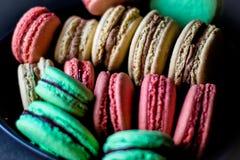 Macaron-Schokolade, Pistazie, Himbeere stockbilder