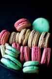 Macaron-Schokolade, Pistazie, Himbeere stockbild