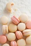 Macaron sopra la metà alimentare Fotografia Stock Libera da Diritti