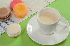 Macaron sur le fond vert Image libre de droits