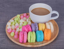 Macaron und Aalaw mit Kaffee auf hölzerner Tabelle Stockbild