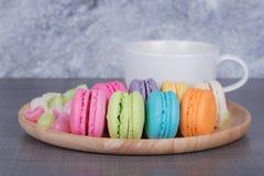 Macaron und Aalaw mit Kaffee auf hölzerner Tabelle Stockfoto