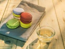 Macaron variopinto con la tazza di tè Immagine Stock