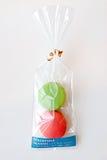Macaron verde y rojo en el empaquetado hermoso Imagenes de archivo
