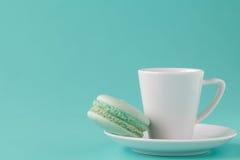 Macaron vert avec la tasse de café photographie stock libre de droits