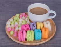 Macaron y Aalaw con café en la tabla de madera Imagen de archivo