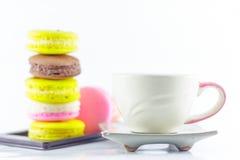 Macaron y taza Foto de archivo