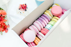 Macarondessert en smakelijke fruitcake op witte houten lijst Royalty-vrije Stock Foto