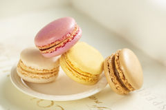 Macarones σε ένα μικρό άσπρο πιάτο Στοκ εικόνα με δικαίωμα ελεύθερης χρήσης
