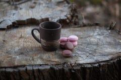 Macarones met een kop van koffie op houten Stock Afbeelding