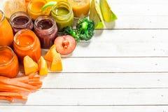 macaroni τροφίμων ανασκόπησης μωρών ακατέργαστο λευκό Διάφοροι πουρέδες μωρών από τα φρέσκα λαχανικά και τα φρούτα Στοκ εικόνα με δικαίωμα ελεύθερης χρήσης