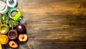 macaroni τροφίμων ανασκόπησης μωρών ακατέργαστο λευκό Ποικιλία των πουρέδων μωρών από τα φρούτα και λαχανικά Στοκ Εικόνες