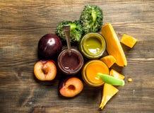 macaroni τροφίμων ανασκόπησης μωρών ακατέργαστο λευκό Ποικιλία των πουρέδων μωρών από τα φρούτα και λαχανικά Στοκ Φωτογραφία