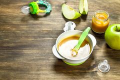 macaroni τροφίμων ανασκόπησης μωρών ακατέργαστο λευκό Πουρές μωρών από τα πράσινα μήλα Στοκ Φωτογραφία