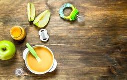 macaroni τροφίμων ανασκόπησης μωρών ακατέργαστο λευκό Πουρές μωρών από τα πράσινα μήλα Στοκ Εικόνες