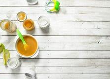 macaroni τροφίμων ανασκόπησης μωρών ακατέργαστο λευκό Πουρές από τα πράσινα μήλα και φρέσκο γάλα μωρών σε ένα μπουκάλι Στοκ Φωτογραφίες