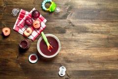 macaroni τροφίμων ανασκόπησης μωρών ακατέργαστο λευκό Πουρές μωρών από τα φρέσκα δαμάσκηνα Στοκ Φωτογραφία