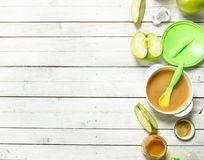 macaroni τροφίμων ανασκόπησης μωρών ακατέργαστο λευκό Πουρές μωρών από τα φρέσκα πράσινα μήλα Στοκ Εικόνα