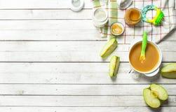 macaroni τροφίμων ανασκόπησης μωρών ακατέργαστο λευκό Πουρές από τα πράσινα μήλα και φρέσκο γάλα μωρών σε ένα μπουκάλι Στοκ Εικόνες