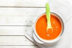 macaroni τροφίμων ανασκόπησης μωρών ακατέργαστο λευκό Πουρές μωρών από τα φρέσκα καρότα με ένα κουτάλι Στοκ Εικόνα