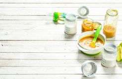 macaroni τροφίμων ανασκόπησης μωρών ακατέργαστο λευκό Πουρές από τα πράσινα μήλα και φρέσκο γάλα μωρών σε ένα μπουκάλι Στοκ φωτογραφία με δικαίωμα ελεύθερης χρήσης