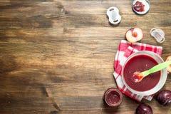macaroni τροφίμων ανασκόπησης μωρών ακατέργαστο λευκό Πουρές μωρών από τα φρέσκα δαμάσκηνα Στοκ φωτογραφία με δικαίωμα ελεύθερης χρήσης