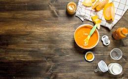 macaroni τροφίμων ανασκόπησης μωρών ακατέργαστο λευκό Πουρές μωρών από τη φρέσκια κολοκύθα Στοκ Εικόνα