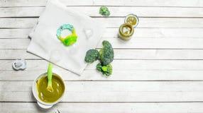macaroni τροφίμων ανασκόπησης μωρών ακατέργαστο λευκό Πουρές μωρών από το μπρόκολο Στοκ φωτογραφία με δικαίωμα ελεύθερης χρήσης