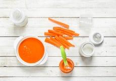 macaroni τροφίμων ανασκόπησης μωρών ακατέργαστο λευκό Πουρές καρότων μωρών με το γάλα σε ένα μπουκάλι Στοκ Εικόνες