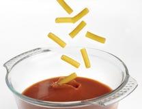 Macaroni in de tomatensaus stock fotografie