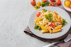 Macaroni, deegwaren in tomatensaus en kaas in een plaat op een houten lijst royalty-vrije stock foto's