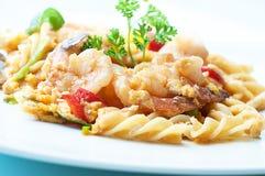 Macaroni die met Spaanse peperzeevruchten wordt gebraden Royalty-vrije Stock Afbeelding