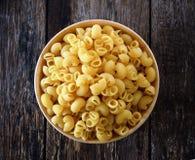 Macaroni in een houten kom stock afbeeldingen