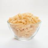 Macaroni in een kom stock afbeeldingen