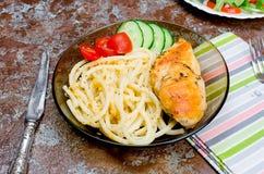Macaroni en gebraden kippenborst stock foto