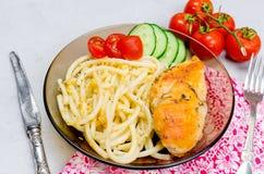 Macaroni en gebraden kippenborst stock fotografie