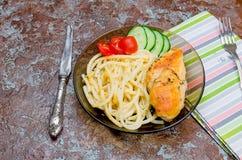Macaroni en gebraden kippenborst royalty-vrije stock fotografie