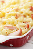 Macaroni en kaas met ham stock fotografie