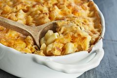 Macaroni en Kaas met Lepel Royalty-vrije Stock Fotografie